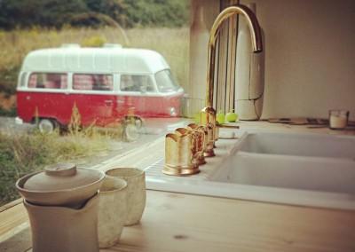 Widok okna z kuchni i złotego kranu. W tle letni dom na kółkach. Na pierwszym planie Slowpresso. Wspaniały wynalazek do kawy.