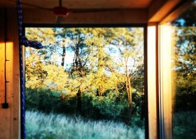 Duże okna robią ogromne wrażenie a szczególnie na niedużej powierzchni.  To jak wielki ruchomy obraz. Wspaniałe rozwiązanie dla tych którzy lubią być bliżej natury