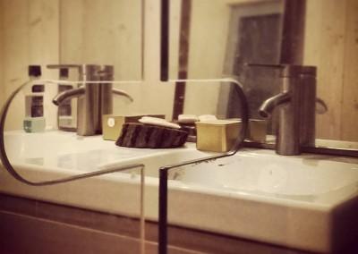 Łazienka. Podwójna umywalka, bardzo ważna rzecz, nawet w małym domu.
