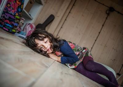 Bunia testuje podłogę, na której chce się leżeć, bo jest ciepła, naturalna i drewniana