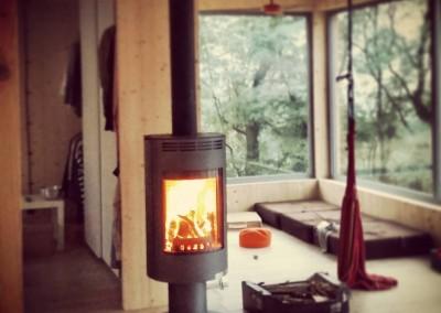 Kominek obrotowy. Sam dom jest bardzo ciepły ze względu na usytuowanie okien i na ciepło słoneczne, które kumuluje się nieustannie w ciągu dnia.