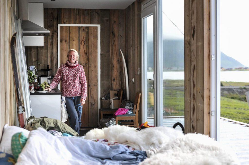 Kari Schibevaag, wielokrotna mistrzyni świata w kitesurfingu na śniegu i na wodzie w jej małym domku szkatułce na Norweskich rubieżach, czyli na Lofotach.
